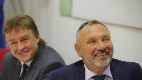 Šéf poslanců KSČM Pavel Kováčik (vpravo) si své soukromí bedlivě hlídá