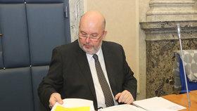 Ministr zemědělství Miroslav Toman (ČSSD) na jednání vlády
