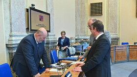Minsitři Toman, Staněk (oba ČSSD) a Plaga (ANO) v rozhovoru před jednáním vlády