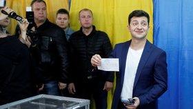 Na Ukrajině volí prezidenta. Favoritem druhého kola je komik Volodymyr Zelensky. (21.4.2019)