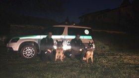 Policisté se služebními psy zachránili unesenou ženu.