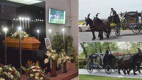 Na poslední rozloučení přivezl zesnulou jezdkyni kočár s koňmi.