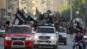 Průvod bojovníků ISIS v době největší slávy chalífátu.