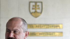 Kontroverzní slovenský politik Marian Kotleba u slovenského Nejvyššího soudu, který řešil rozpuštění jeho strany Kotleba-Lidová strana Naše Slovensko (LSNS). (28.4 2019)