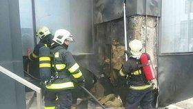 Požár v centru Bratislavy: Plameny v hotelu hasí desítky hasičů!