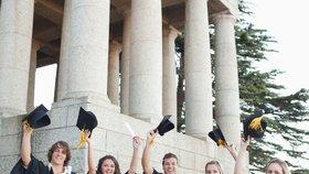 Studenti před univerzitou