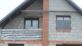 V tomto domě zvířata žijí už řadu měsíců, kozy v patře na balkoně, koně v přízemí