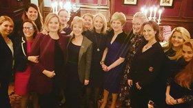 Britská premiérka Theresa Mayová na večeři s manželkou ruského oligarchy Lubovou Chernukhinovou (čtvrtá zprava)