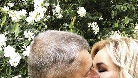 Andrej Babiš stihl na prvního máje políbit v Průhonicích manželku Moniku - po návratu z Polska