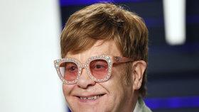 Zpěvák Elton John.