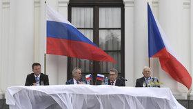 Prezident Miloš Zeman usedl na ruské ambasádě vedle Radka Vondráčka, ruského velvyslance a exprezidenta Václava Klause (9.5.2019)