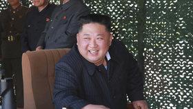 Na testovací odpaly raket dohlíží vůdce KLDR Kim Čong-un.