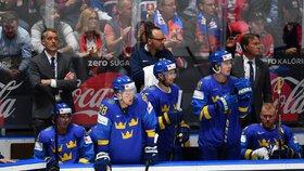 Švédská střídačka napjatě sleduje vývoj na ledě během utkání s Českem.