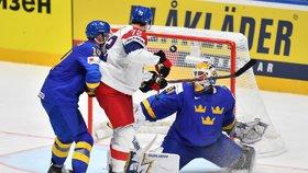 Filip Chytil (uprostřed) se snažil tečovat ránu Jakuba Vrány. Brankář Henrik Lundqvist (vpravo) si ale se situací poradil.