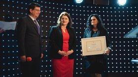Ministryně Jana Maláčová (ČSSD, uprostřed) a výherkyně soutěže pečující roku Šárka Krpenská