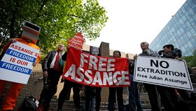 Protesty na podporu Juliana Assange v Londýně