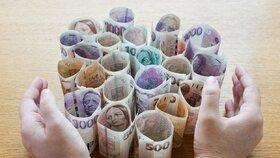 Ministryně financí Alena Schillerová (za ANO) se zvýšením platů na 45 tisíc hrubého počítá do roku 2021