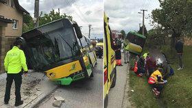 Vážná nehoda autobusu s dětmi: Zranilo se 22 osob