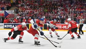 Ondřej Palát v akci v závěrečném zápase skupiny B na MS v hokeji proti Švýcarsku