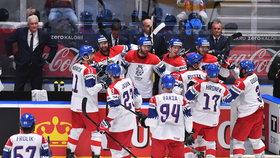 Čeští hokejisté se radují z druhého gólu do sítě Švýcarů v závěrečném zápase skupiny B