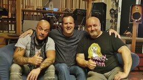 Tahle trojice stojí za novým videoklipem. (zleva) Skladatel Tomáš Kympl, zpěvák Honza Jareš a za produkci Mejla Basel.
