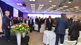 Loňský sněm Hospodářské komory: Vlevo její šéf Vladimír Dlouhý, vpravo prezident Zeman