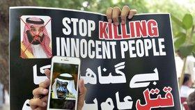 Lidé protestují proti masovým popravám v Saúdské Arábii.