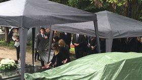 Tomáše pohřbili. Přišli i spolužáci.