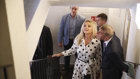 Andrej a Monika Babišovi čekají na otevření volební místnosti během eurovoleb 2019