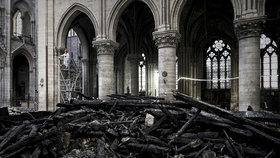 Pohled do lodi vyhořelé katedrály Notre-Dame