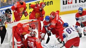 Po rychlém výpadu Jana Kováře měl Andrej Vasilevskij obrovské problémy udržet puk před brankovou čarou, pomoct mu museli i spoluhráči