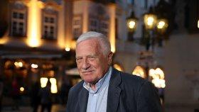Exprezident Václav Klaus v jedné z pražských restaurací během sčítání hlasů do Evropského parlamentu (26. 5. 2019).