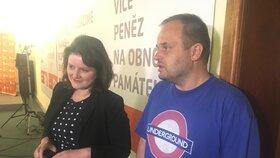 Místopředsedové ČSSD Jana Maláčová a Michal Šmarda jsou během večera v dobré náladě. Šmarda ale připustil, že se sociální demokraté nemusejí získat ve volbách ani křeslo