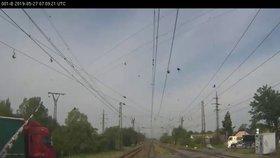 K potencionální vlakové havárii málem došlo kousek za Přerovem. Strojvedoucí zastavil soupravu kvůli kamionu uvízlému pod závorami