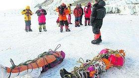 Čas od času některé výpravy snášejí mrtvé. Jde to ale tak do hranice 7 tisíc metrů (ilustrační foto).