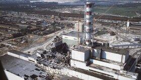 Snímek vybuchlého černobylského reaktoru z roku 1986