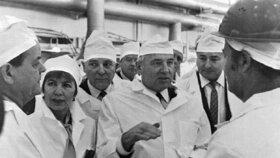 Bývalý sovětský vůdce Michail Gorbačov, na snímku s manželkou Raisou při návštěvě ČERNOBYLU V ROCE 1989.