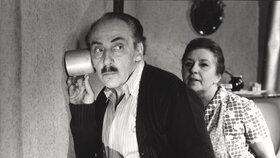 Rozhádaní sousedé v komedii Zítra to roztočíme, drahoušku. Bartáčkovi (František Peterka a Iva Janžurová) a Novákovi (Miloš Kopecký a Stella Zázvorková) neměli sice obraz, ale zvuk…