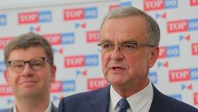 Předseda TOP 09 Jiří Pospíšil (v pozadí) chce slyšet argumenty, které státní zastupitelství vedly k tomuto rozhodnutí.