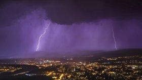 Do Česka vtrhnou silné bouřky. Přinesou kroupy a přívalové deště, sledujte radar