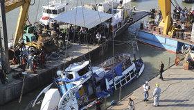 V Maďarsku začali vyzvedávat potopenou výletní loď.