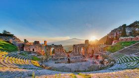 Ruiny řeckého divadla v Taormině.