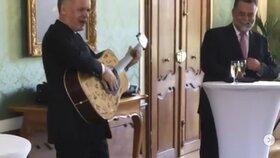 Slovenský prezident Andrej Kiska hraje na kytaru, kterou dostal na rozloučenou od svých kolegů