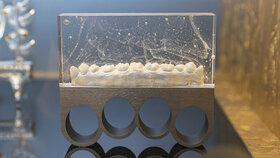 """Zasklené zuby na nebezpečné ruční zbrani """"boxer"""" tvoří dílo litevské umělkyně Ievy Voroneckyteové s názvem Kousni si II z roku 2012."""