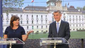 Vicepremiérka a ministryně financí Alena Schillerová s premiérem Andrejem Babišem na tiskové konferenci (27. 5. 2019)