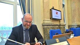 Ministr školství, mládeže a tělovýchovy Robert Plaga se připravuje na jednání vlády (20. 5. 2019)