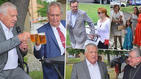 Klaus při své oslavě sepsul Kalouska, Zeman se dožadoval piva. Přišli i Nečasovi či Duka