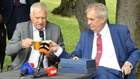 Exprezident Václav Klaus si připíjí se současnou hlavou státu Milošem Zemanem na oslavě Klausových 78. narozenin (19. 6. 2019)