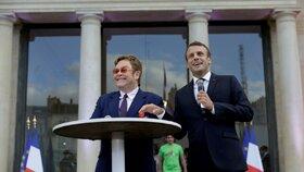 Emanuel Macron poctil Eltona Johna nejvyšším řádem Francie