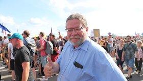 Alexandr Vondra mezi demonstranty na Letné (23. 6. 2019)